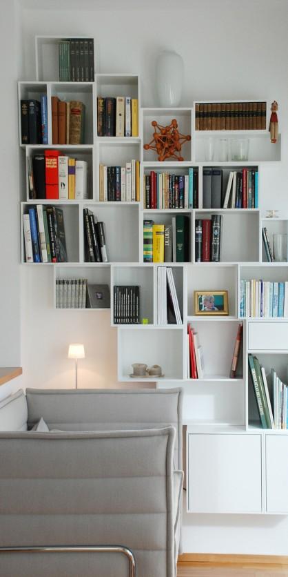 Weiße, schwebende Bücherwand