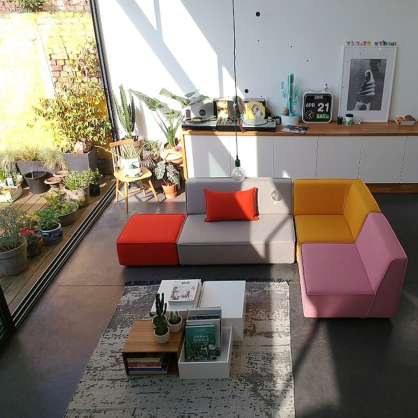 Canapé d'angle au milieu d'une pièce, un design moderne et coloré