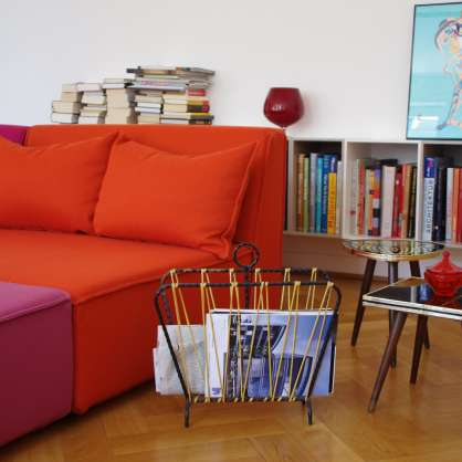 Easy going: orangefarbenes Daybed mit lila Hocker