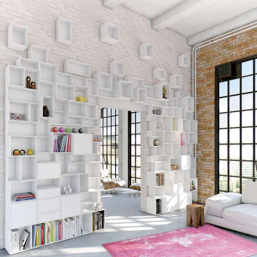 Weiße Regalwand im Loft