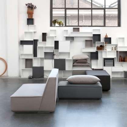 Zona salotto: divano e scaffale moderno