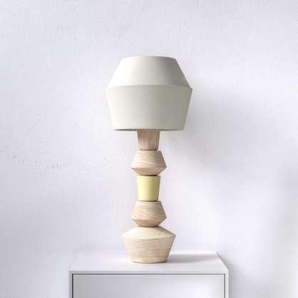 Modulare Tischlampe mit aus Esche gedrechselten Elementen