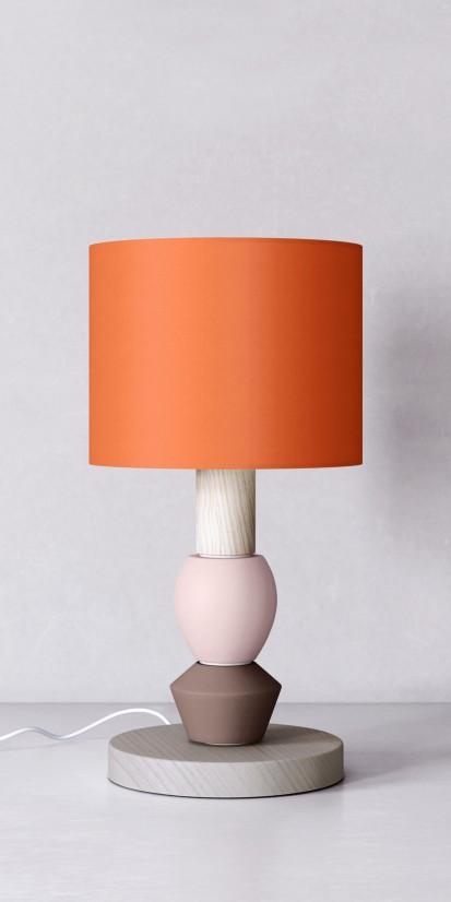 Abat-jour orange sur une lampe moderne en bois