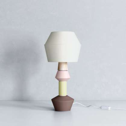 Modulare Tischlampe mit hellbraunem Fuß