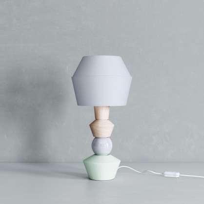 Modulare Tischlampe in hellen Tönen
