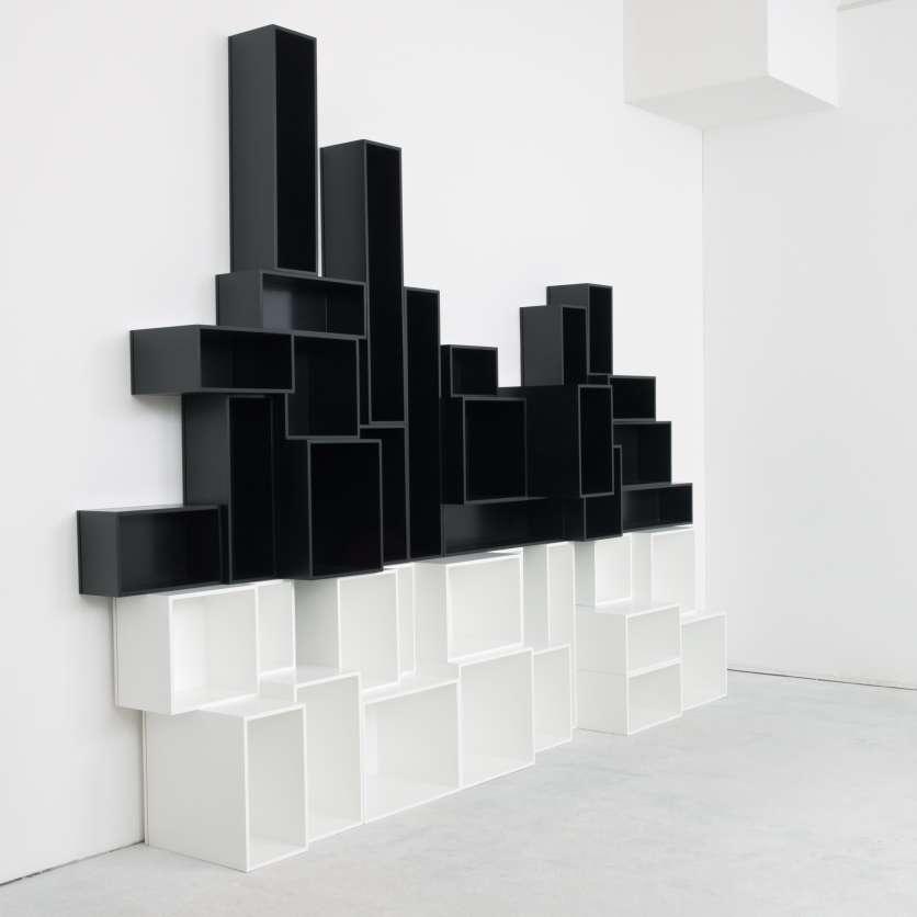 Ungewöhnliche Bücherwand, schwarz und weiß