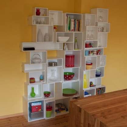 Bibliothèque modulable blanche créée avec des cubes