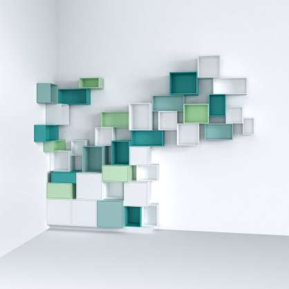Individuelle Bücherwand mit blauen, grünen und weißen Regalwürfeln