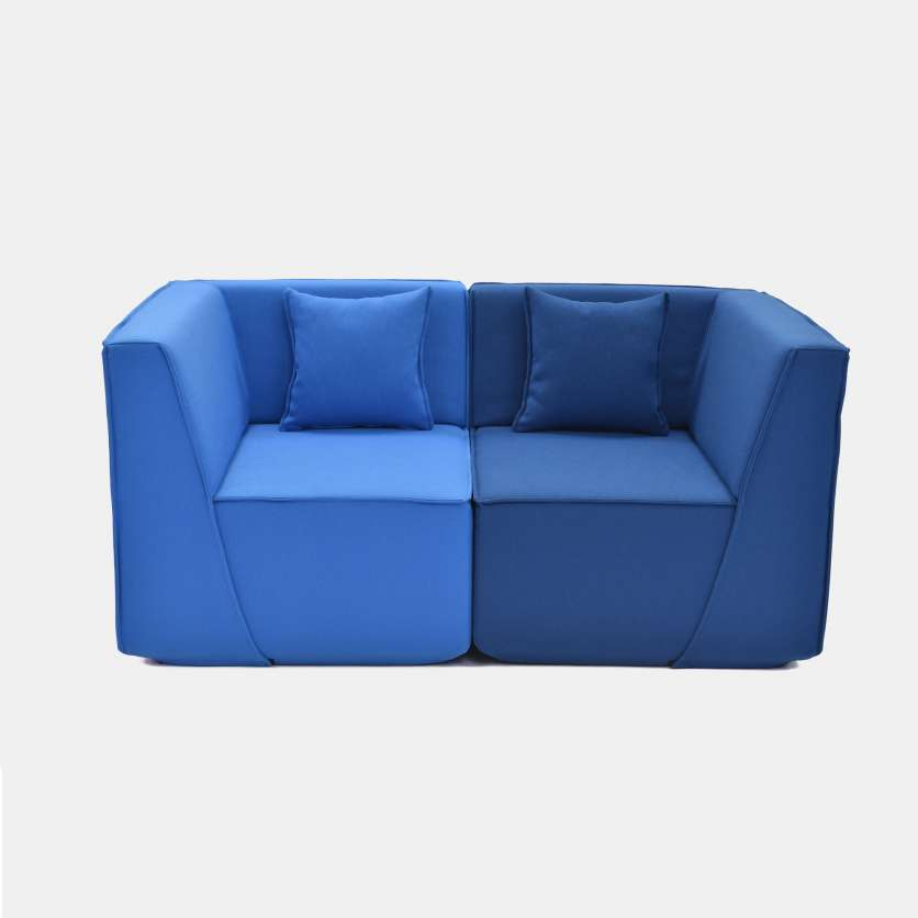 Excitingly symmetrical: 2-seater with 2 cushions and 2 shades of blue
