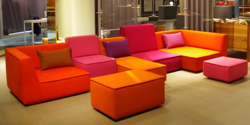 Wild: knallbuntes Sofa mit verschiedenen Höhen, Tiefen und Breiten