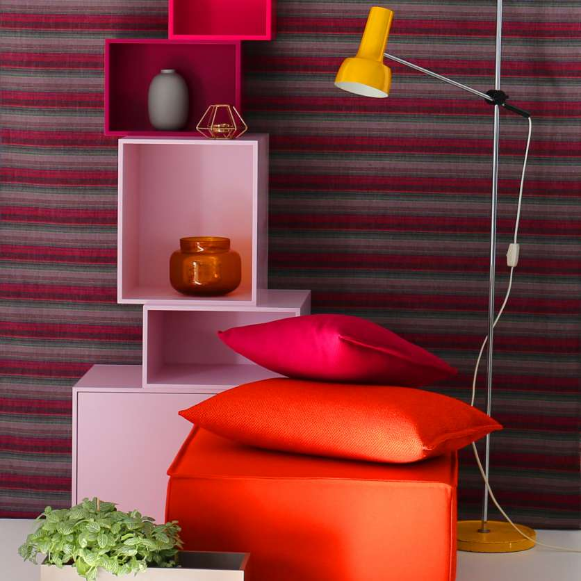 Colourful: shelving tower in pink and red