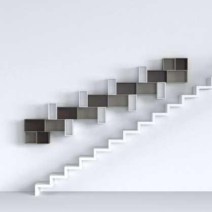 Konfigurierbares Wandregal über der Treppe