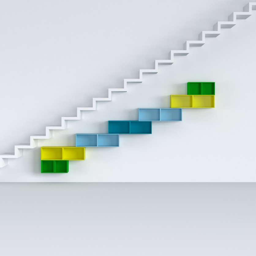 Modernes Regal unter Treppe