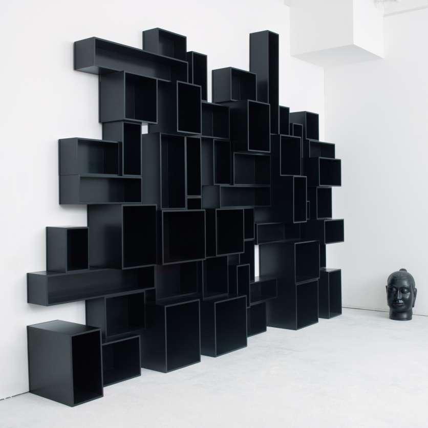 Skulpturales, schwarzes Wandregal