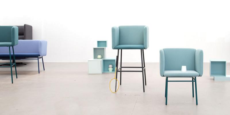 Tabouret de bar bleu et petite chaise de salle à manger