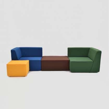 Modulare Sofalandschaft aus vier Elementen und vier Farben