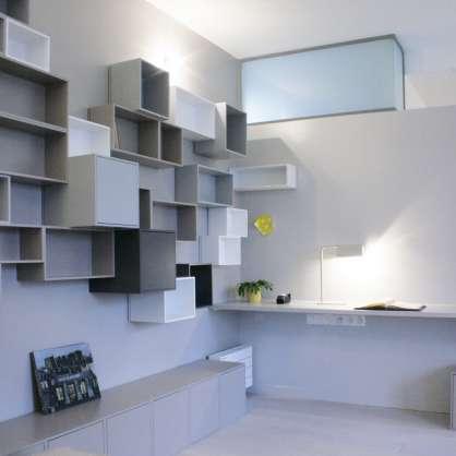 Graue und weiße hängende Bücherwand