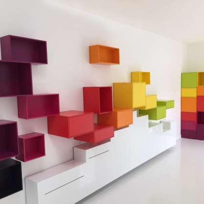 Étagère murale composée de cubes colorés