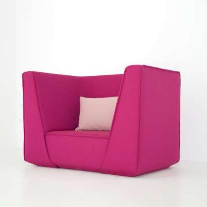Gemütlich: Pinker Sessel mit rosa Kissen und extrahohen Lehnen