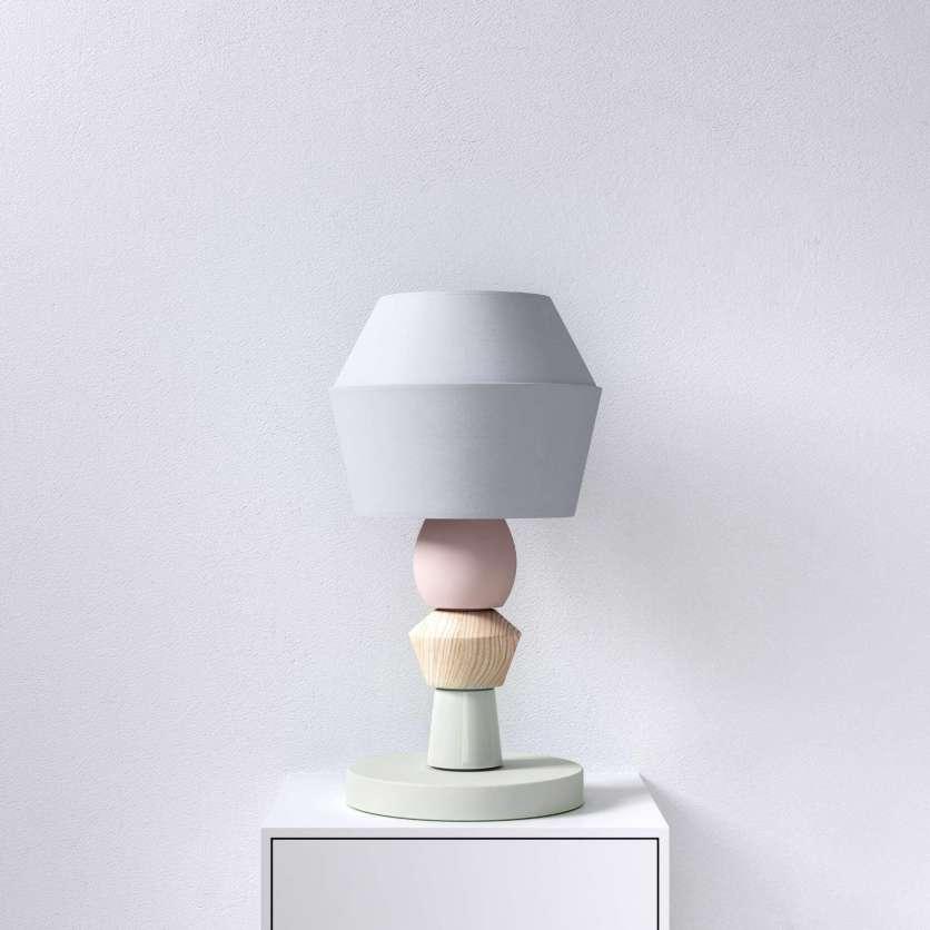 Lampe avec corps en bois et base vert pastel et abat-jour gris