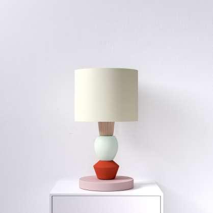 Modulare Tischlampe mit rotem Akzent