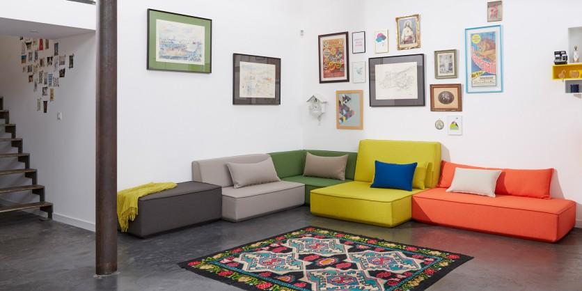 Canapé d'angle multicolore créé avec les système de canapé modulable Cubit