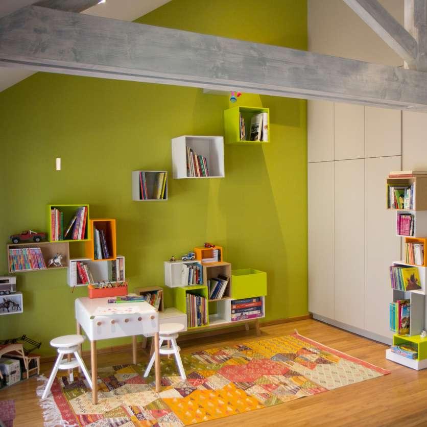Idées de rangement moderne et coloré pour les murs d'une chambre d'enfant