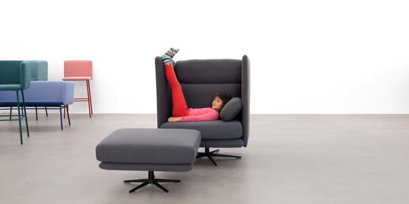 Chaise longue grise avec ottoman