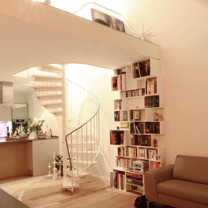 Scaffale bianco nel angolo sotto balustrade