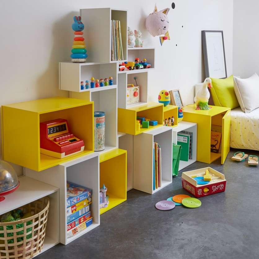 Bibliothèque modulable en cubes jaunes pour une chambre d'enfant