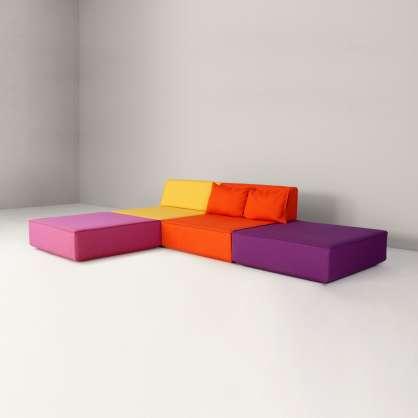 2er–Sofa mit zwei Sitzflächen ergänzt