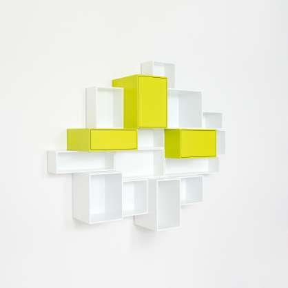 Wandregal in weißer und gelber Lackierung