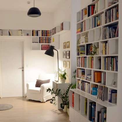 Nutzt den Platz: weiße Bücherwand für das Wohnzimmer
