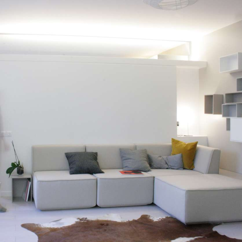 Modern and pure: light grey corner sofa with chaise longue and cushions