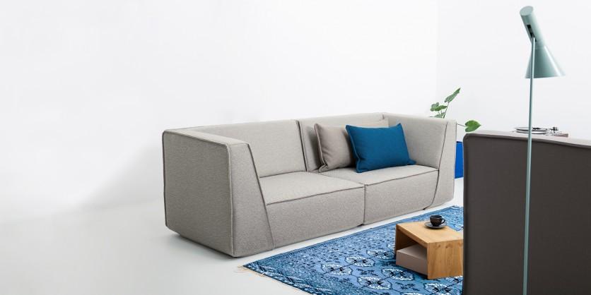 Divano 2 posti grigio con cuscini grigi e blu