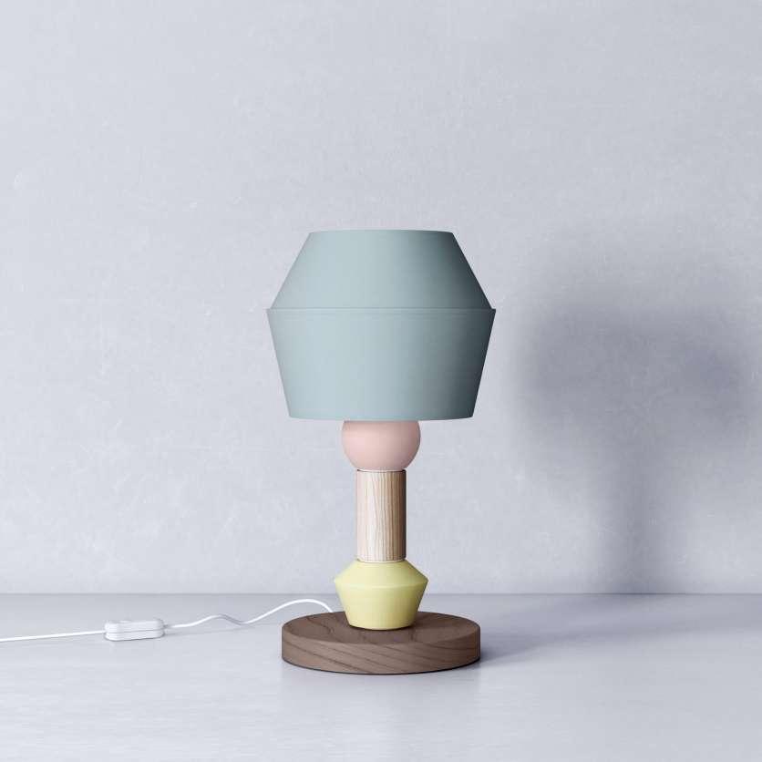 Abat-jour bleu sur une lampe en bois
