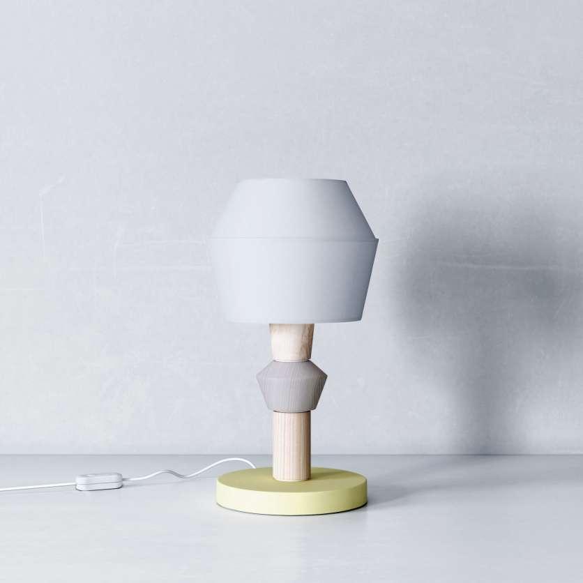 Lampe jaune et bois avec abat-jour gris