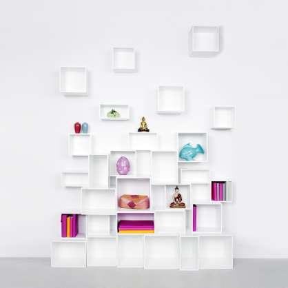 Étagère moderne avec éléments accrochés au mur