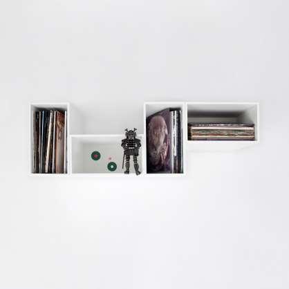 Schwebendes, weißes Schallplattenregal