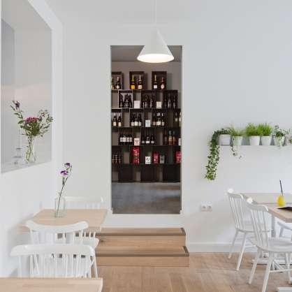 Bibliothèque cube noire pour ranger des bouteilles de vin