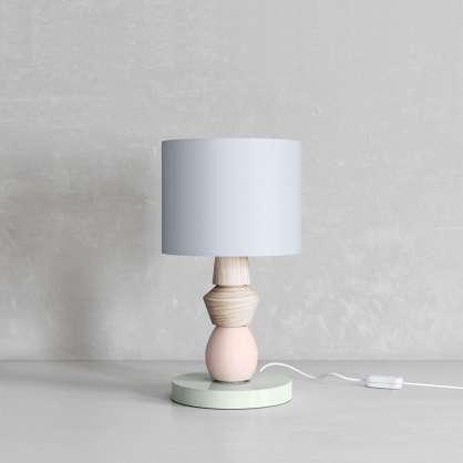 Nachttischlampe mit pistazienfarbenem Fuß