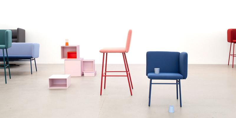 Tabouret de bar rouge de profil et chaise de salle à manger bleu foncé