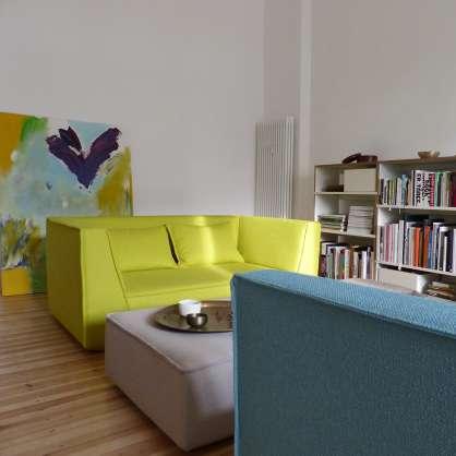 Kommunikativ: zwei 2-Sitzer Sofas mit Pouf für Ablage