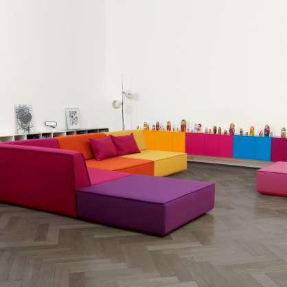 Salon avec un canapé modulable coloré