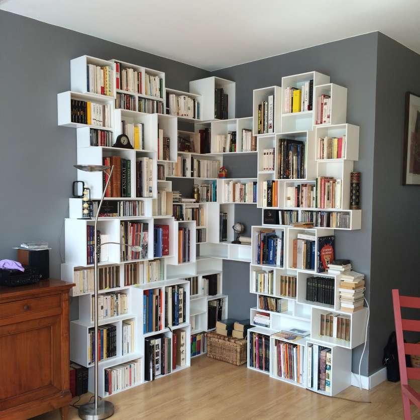 Libreria a parete angolare bianca