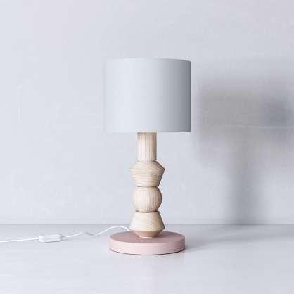 Nachttischlampe aus gewachstem Holz auf rosa Fuß