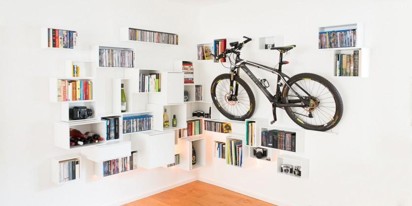 Étagère murale avec un vélo dedans