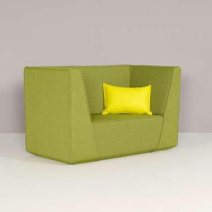 I braccioli alti danno stile al divano compatto